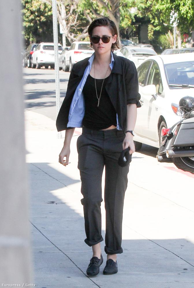 Vagy Kristen Stewart, bár ő az arckifejezését elnézve nem örült annyira a melegnek