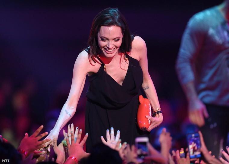 Angelina Jolie, miután átvette a Demóna (Maleficent) című alkotásban nyújtott alakításáért a legjobb főgonoszt életre keltő művésznek ítélt elismerést a Kids' Choice-díjak 28. átadó ünnepségén Los Angelesben 2015. március 28-án.