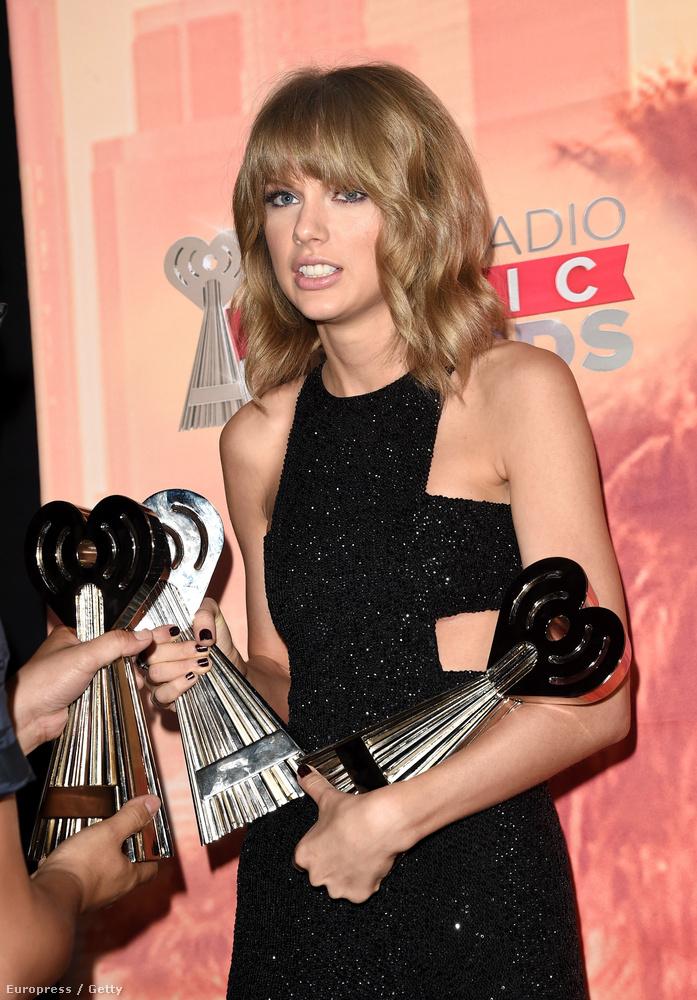 Taylor Swift pedig szokás szerint nagyot tarolt, és kapott egy halom díjat, amit alig bírt el
