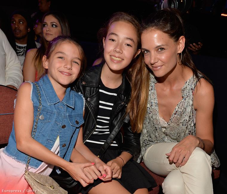 És nem Jolie volt az egyedüli celebanya a díjátadón, Katie Holmes is ott volt, lányával, Suri Cruise-zal, aki pedig egyre jobban hasonlít apjára.