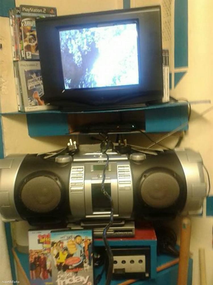 Nem szenved hiányt semmiben sem, van tévéje, magnója, DVD-lejátszója, Playstatione.