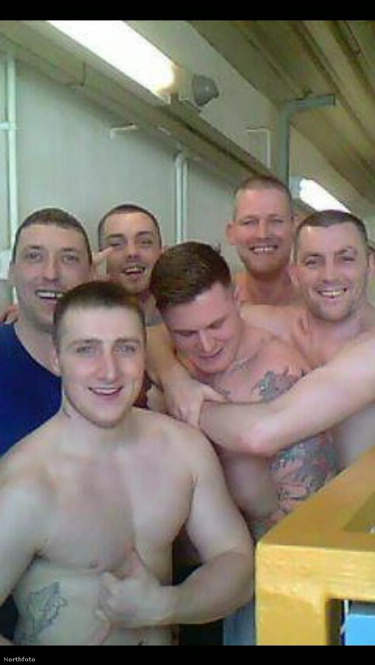 Még a rabtársaival is készített fotót, amit az előző képekhez hasonlóan feltöltött a Facebook-oldalára