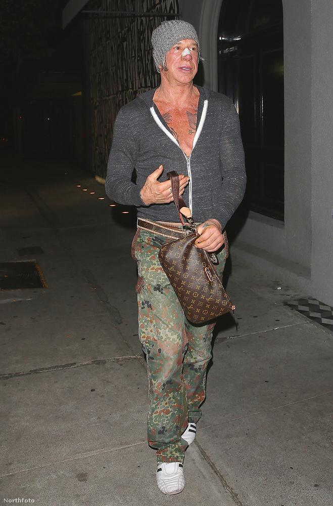 A mellkasát is megmutató Rourke a Los Angeles-i Craig's étteremből távozott ebben a szettben