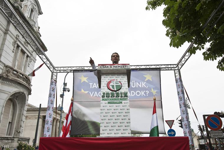 Vona Gábor beszél egy demonstráción a Fidesz székháza előtt.