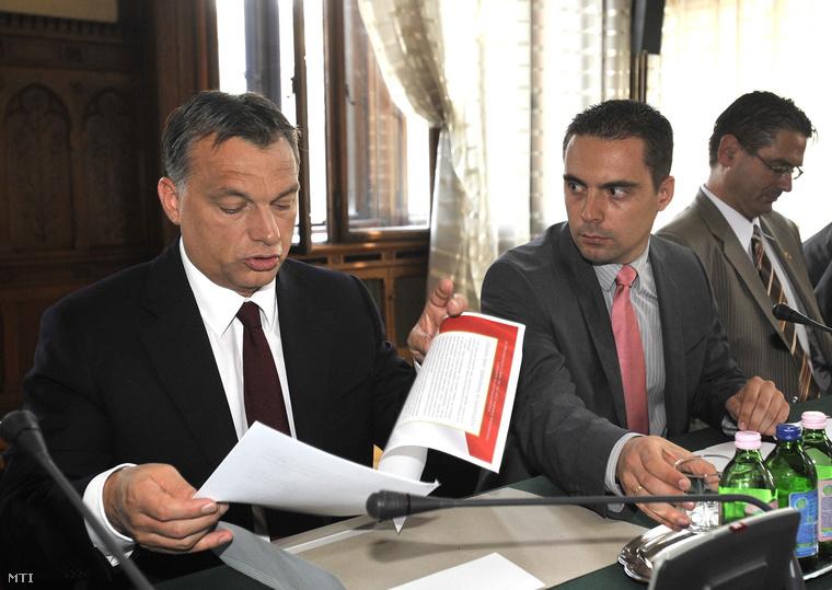 Orbán Viktor a nemzeti együttműködés nyilatkozatát tartja a kezében a Jobbik frakcióülésén a Parlamentben.