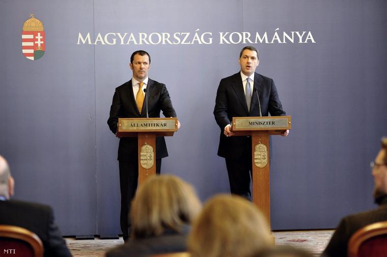 Giró-Szász András és Lázár János közös sajtótájékoztatójukon.