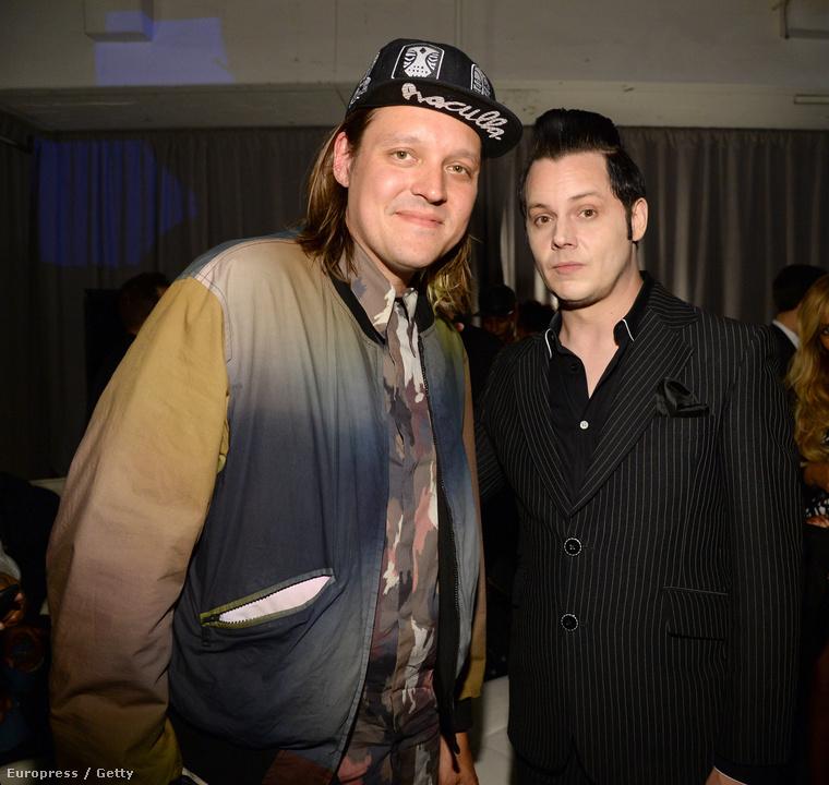 Az Arcade Fire énekese Win Butler balra, mellette Jack White.