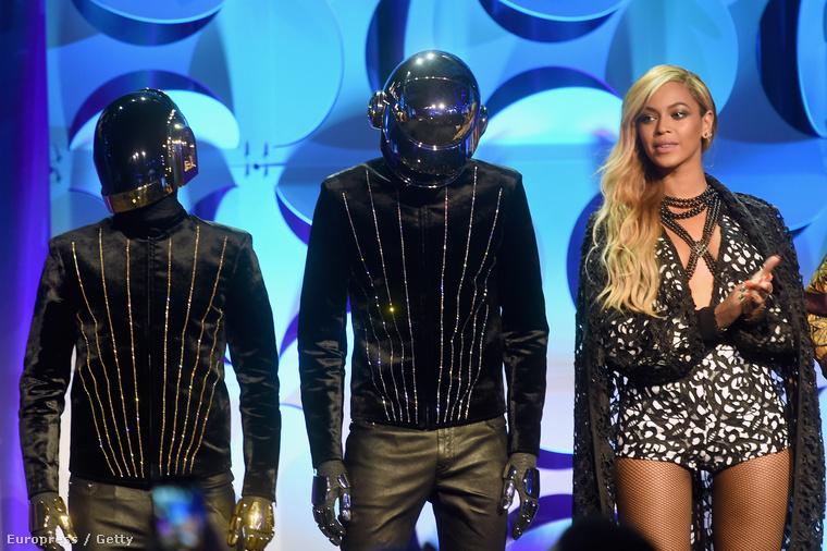 Voltak férfiak is az eseményen, például a Daft Punk.