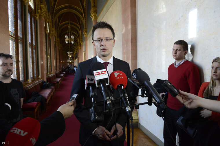 Szijjártó Péter nyilatkozik a sajtónak az Országgyűlés külügyi bizottságának ülése után 2015. március 17-én.