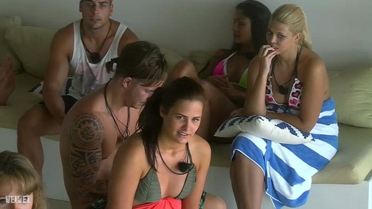 A hisztit így hallgatták a  többiek, Adrienn (elöl) bikinifelsője sem rossz.