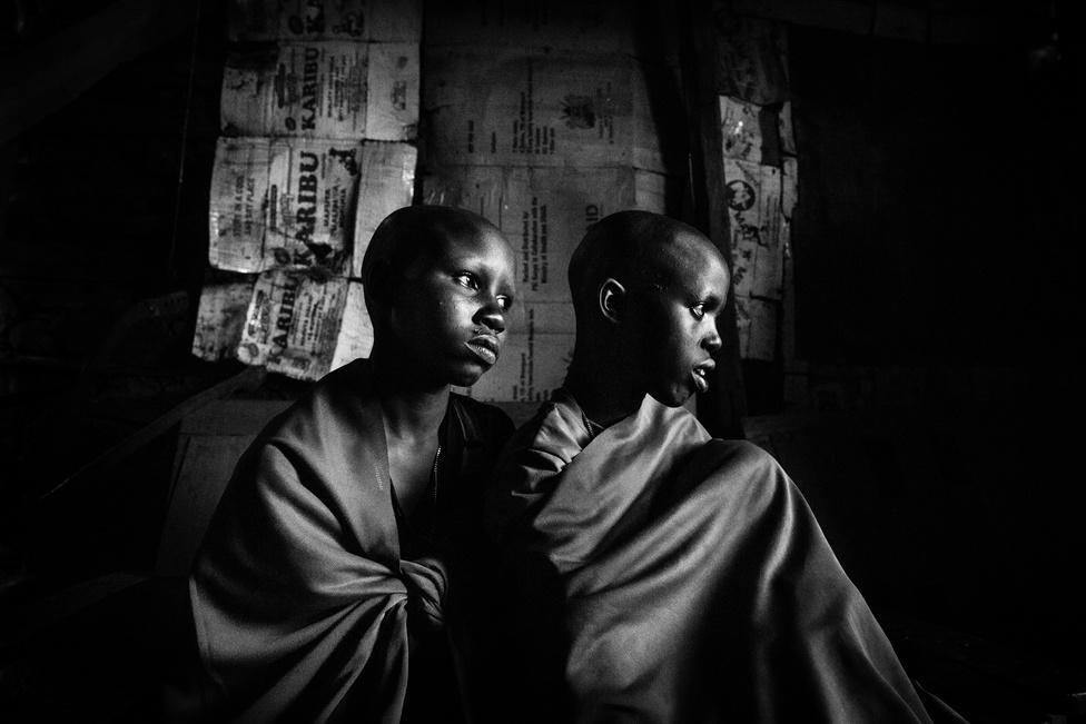 Koutainemi megrázó képeinek főszereplője, Nasirian, egy 14 éves kenyai maszáj lány, aki féltestvérével, Isinával együtt esett át a körülmetélésen. Ezen a képen a két lány a közös apjuk kunyhójában várakozik a körülmetélésre.  A fiatal lányok nemiszervét még ma is 29 országban megcsonkítják bizonyos mértékben,  legkésőbb 14-15 éves korukban.  Akik megszöknek a körülmetélés elől, szégyent hoznak magukra és a családjukra is, örökre megbélyegzettek lesznek, és valószínűleg senki nem fogja feleségül venni őket, ami jelentős anyagi problémát is okoz a családjuknak.