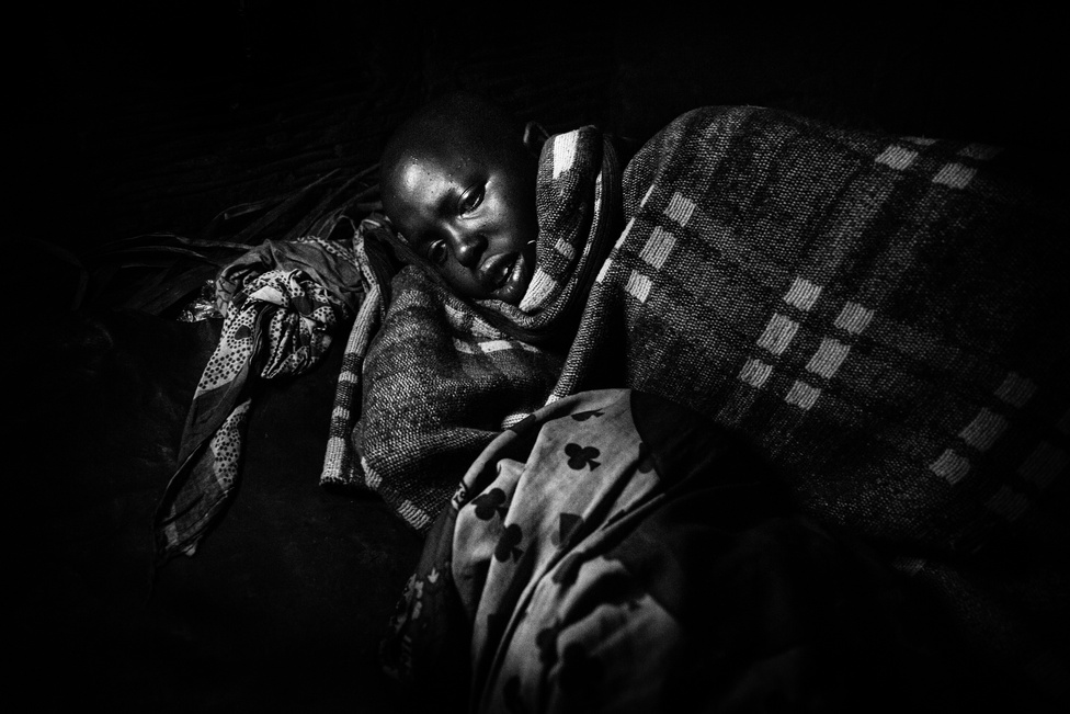 A körülmetélése után Nasirian egy kunyhóban pihen. Négy hétig nem kelhet majd ki az ágyból, az asszonyok pedig állatvérrel és hússal etetik majd, hogy visszanyerje az erejét. Azzal, hogy kibírta a körülmetélést a helyiek hite szerint azt is bebizonyította, hogy alkalmas a felnőtt életre és arra, hogy egy férfit szolgáljon majd. A ma világon élő kislányok közül a következő évtizedben 30 milliónak kell szembenéznie a női körülmetélés borzalmaival.