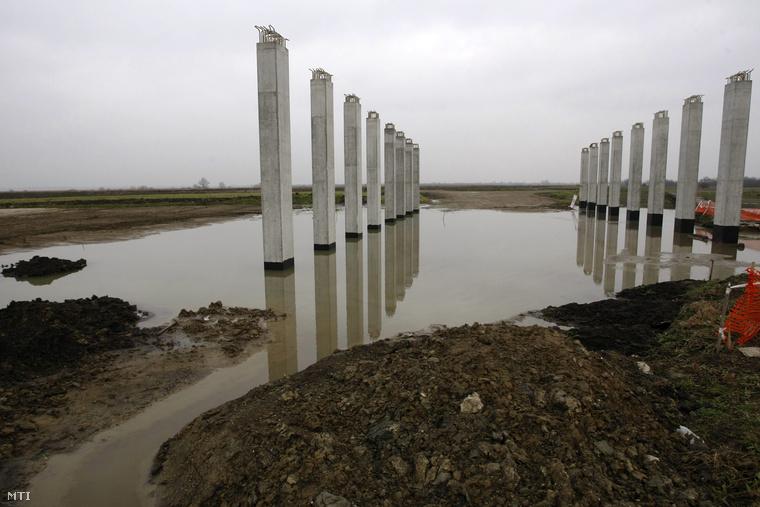 Az épülő M4-es autópálya-szakaszon belvízben álló betonlábazatok Törökszentmiklós határában.