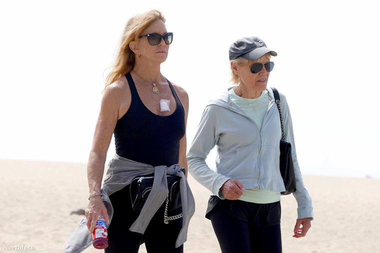 Goldie Hawn Santa Monica egyik strandján sétálgatott egy barátjával, de ebben nem is ez az érdekes, hanem az, hogy egy apróbb kötés volt a melle felett.
