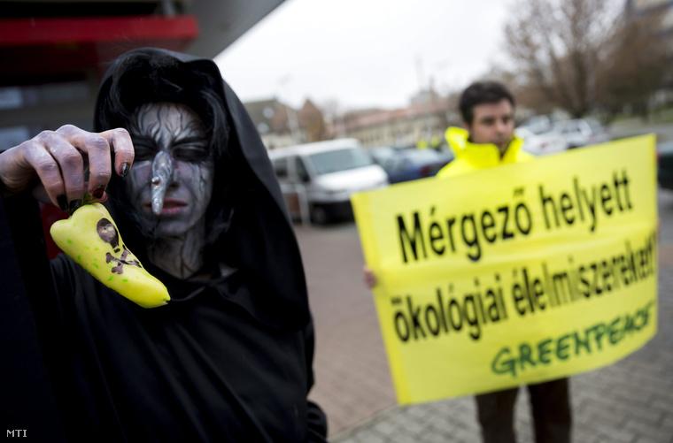 A Greenpeace aktivistái a Veszélyes vegyszerek a paprikában című performanszon