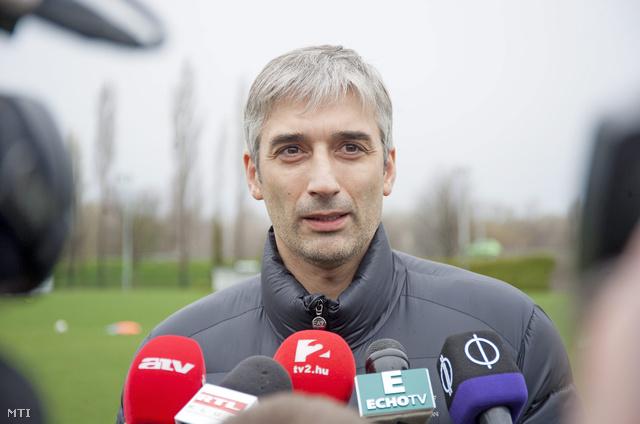 Sasa Stevanovic sportigazgató nyilatkozik a Győri ETO FC labdarúgócsapata edzése előtt a győri ETO Parkban lévő edzőpályán 2015. március 31-én.