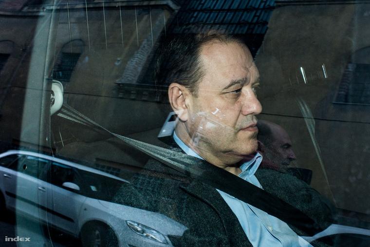 A Quaestor-cégcsoport elnök-vezérigazgatója, Tarsoly Csaba egy rendőrautóban