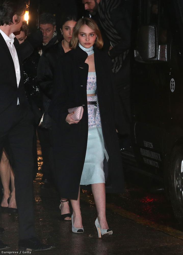 Johnny Depp 15 éves, igencsak apjára hajazó lánya így érkezett meg a Chanel Paris-Salzburg 2014/15 Metiers d'Art Collection bemutatójára New Yorkban.