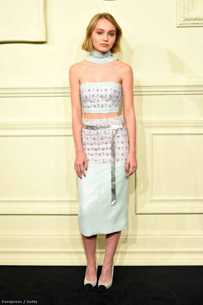 Nem csak a ruha igen látványos, Lily Rose Depp egyre szebb.