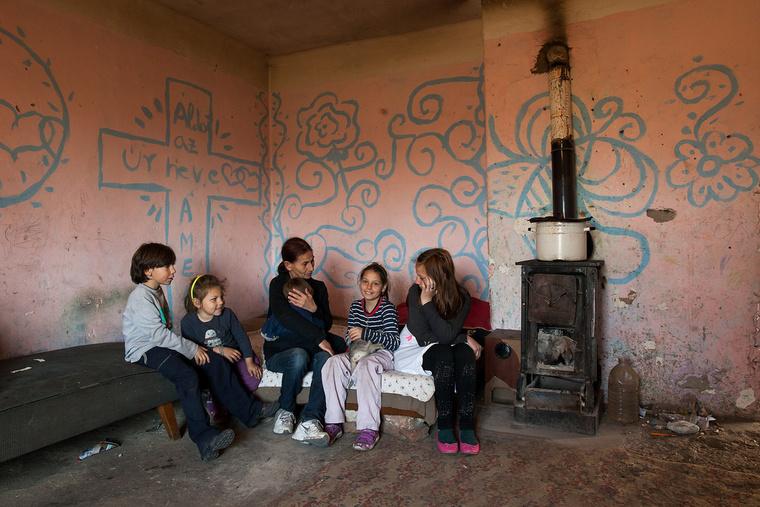 Bella 12 éves, nem tudja, mi szeretne lenni. Édesanyja, Seres Julianna 43 éves, varrónő szeretett volna lenni, jelenleg otthon van a gyerekekkel. Toldon élnek.