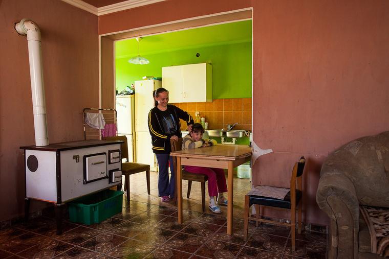 Tünde 10 éves, gyerekorvos szeretne lenni. Édesanyja, Oláh Tünde varrónő szakmát szerzett, fodrász akart lenni, jelenleg otthon van a gyerkekkel. Biharkeresztesen élnek.
