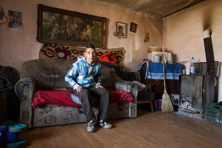 Kolozsvári Zoltán speciális nevelési igényű, 16 éves. Hat általánost végzett, már nem jár iskolába, mert megírták neki, hogy nem tankötelezett. A mezőgazdaságban szeretne elhelyezkedni, Toldon él.