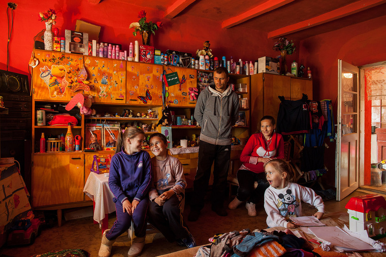 Dia 10 éves és virágboltos szeretne lenni, Jancsi 9 éves és autóversenyző szeretne lenni. Édesapjuk, Mohácsi János honvéd akart lenni, jelenleg közmunkás, édesanyjuk Ilona pedig otthon van a gyerekekkel. Toldon élnek.