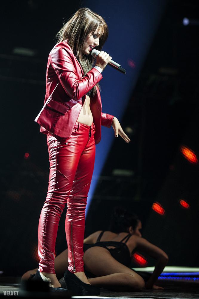 2012-ben pedig vörös műbőrben kisterpesztett a színpadon