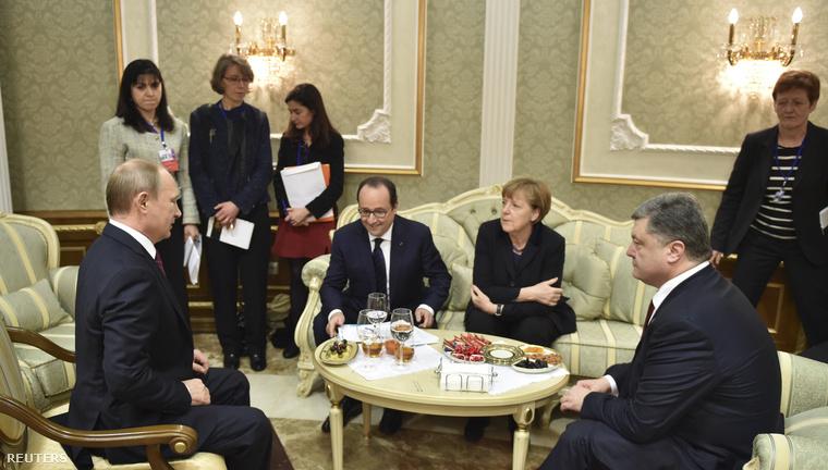 Vlagyimír Putyin, Petro Poroshenko, Angela Merkel és Francois Hollande a minszki találkozón, 2015. február 11-én.
