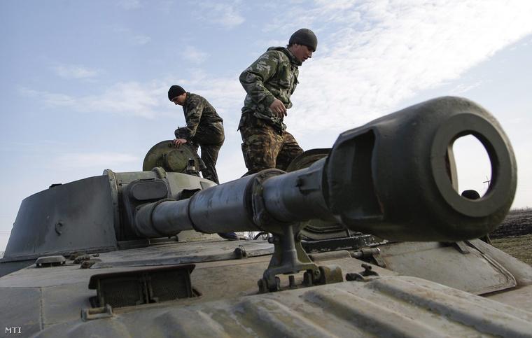 Oroszbarát szakadárok gyakorlatoznak a kelet-ukrajnai Donyeck közelében 2015. március 27-én.