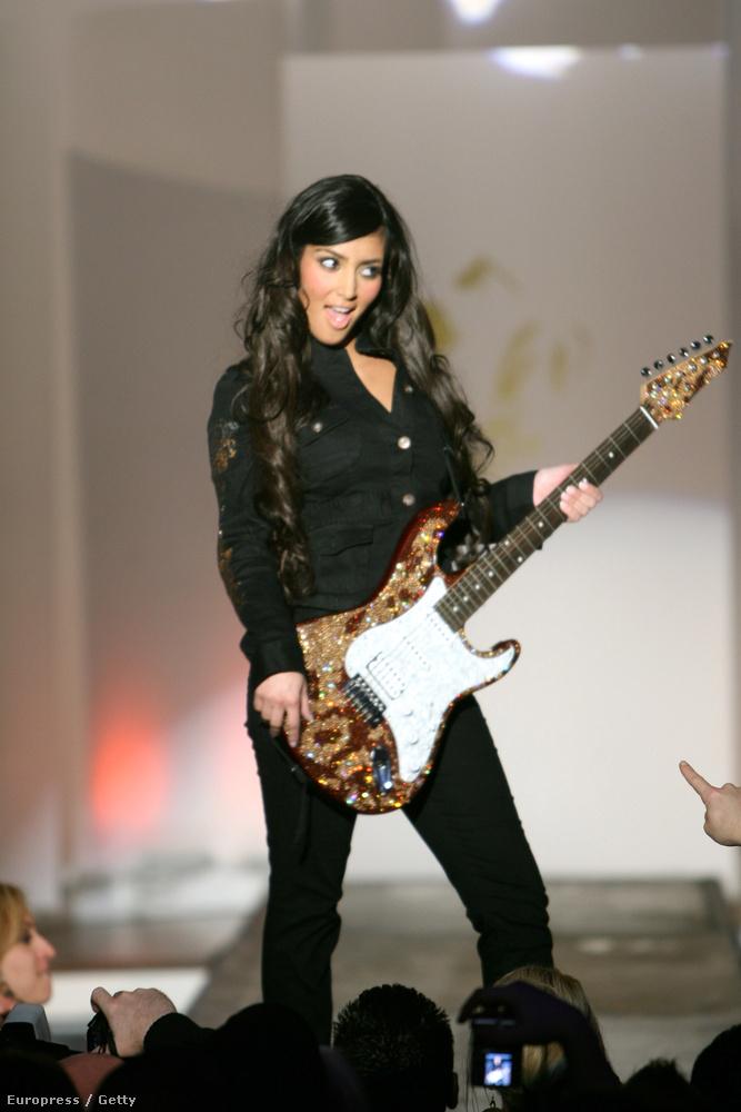 Kim Kardashian 2007-ben, gitárral a kezében