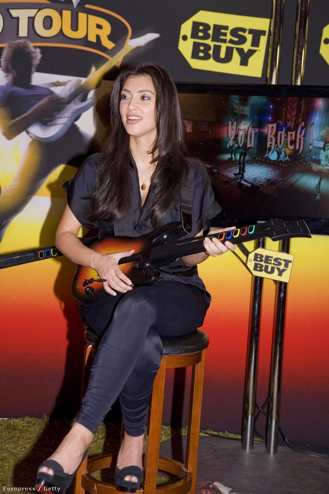 Kardashian megmagyarázhatatlan vonzalma a promo-gitárokhoz