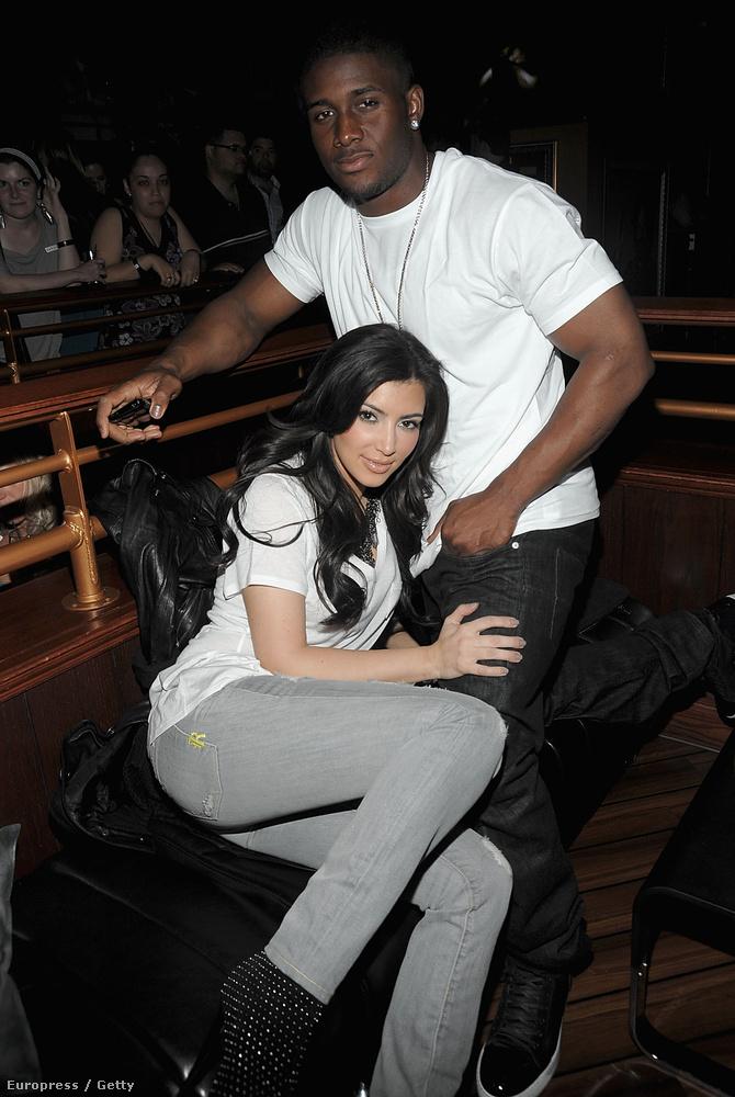 Őszintén remélem, hogy Kardashian ezen a képen azért fetreng így egykori pasija, Reggie Bush lábai előtt, mert épp csatakrészeg