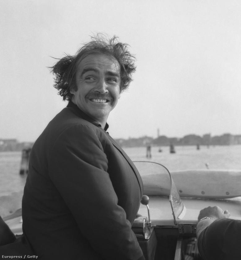 Ha nem ismerné fel, ez itt Sean Connery, és a repülő haja 1970-ből