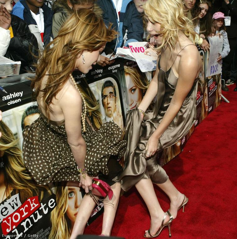 Mary-Kate és Ashley Olsen próbálnak nem villantani a 2004-es Tribeca filmfesztiválon