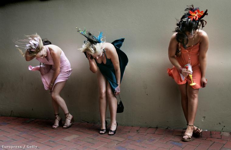 Ismeretlen jól öltözött nőkkel is kicseszett az időjárás jó tíz évvel ezelőtt