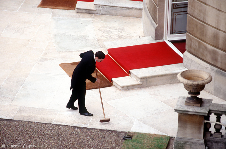 Random takarító a Buckingham palotában, napjainkban.