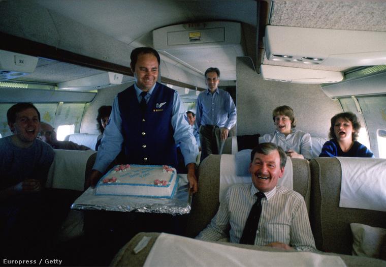 Egy csapat királyi inas és egy torta 1985-ből.