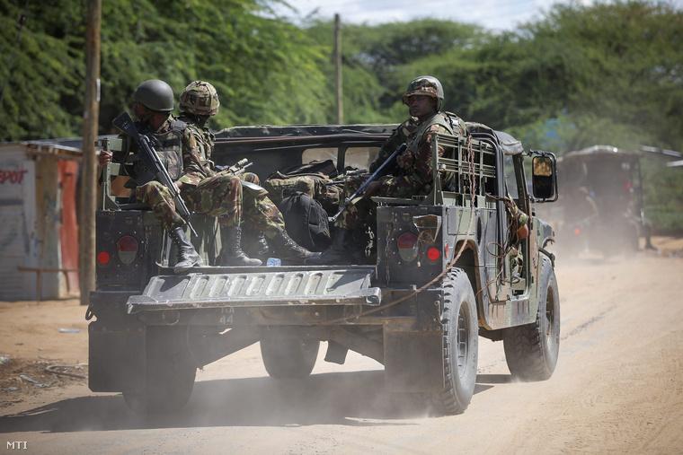Kenyai katonák az egyeteme előtt