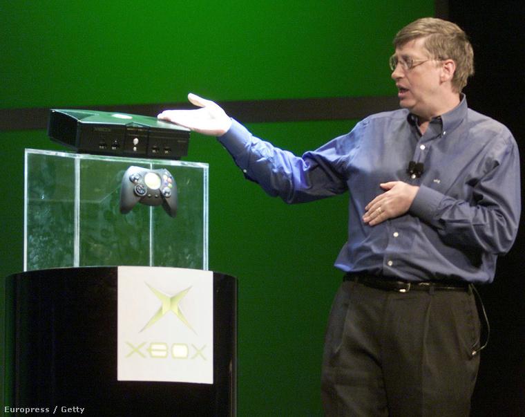 Bill Gates és az akkor még óriáskontrollerrel futó első generációs Xbox 2001-ben