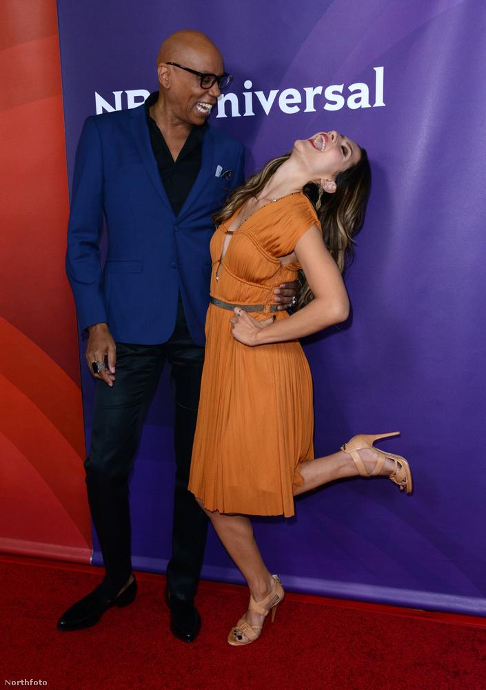 Itt például RuPaul társaságában dobja be magát, az NBC Universal egyik sajtóeseményén.