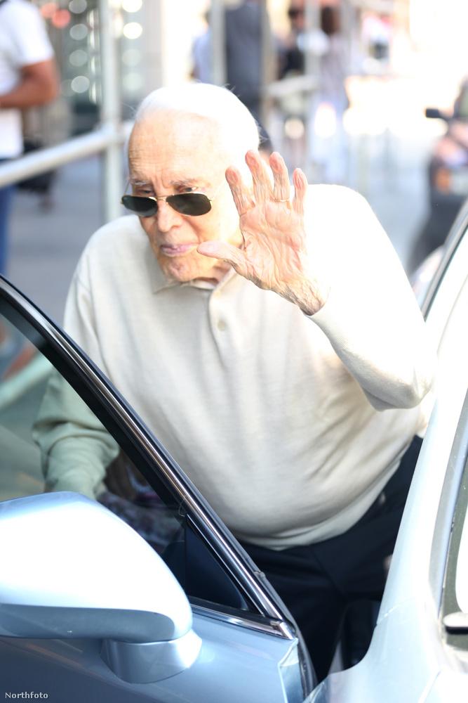 Kirk Douglas pedig azt mutatta meg, hogy néz ki 98 évesen