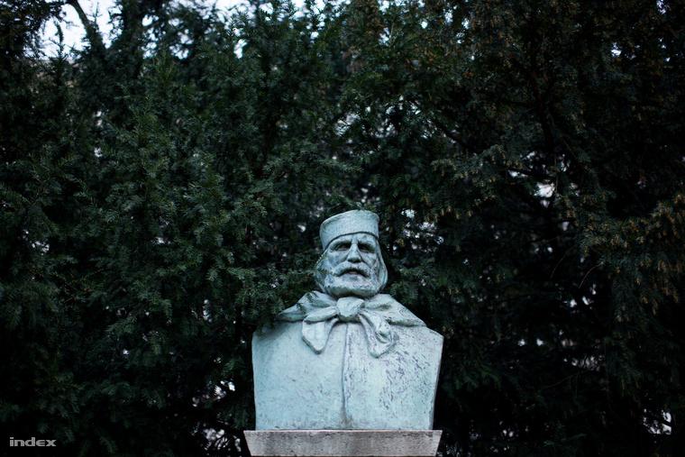 A szintén szabadkőműves Garibaldi szobra az 1930-as években került a Nemzeti Múzeum kertjébe, a Mussolini Olaszországával kialakított, virágzó magyar-olasz kapcsolat jegyében