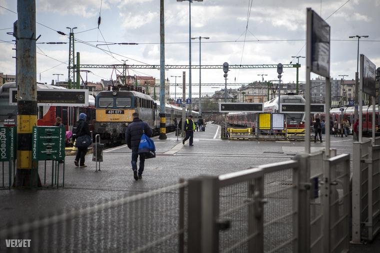 A nagy szél ellenére is utasok sokasága igyekezett elkapni az újraindult martonvásári és százhalombattai vonatokat.