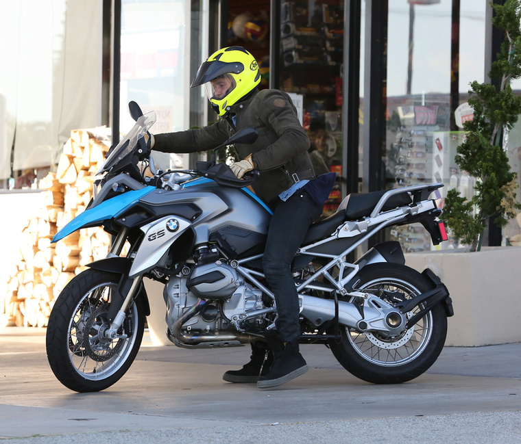 Orlando Bloom a múltkor egy vörös szőnyeges eseményen vagizott a motorjával, most egy másik motorral tényleg ment is.
