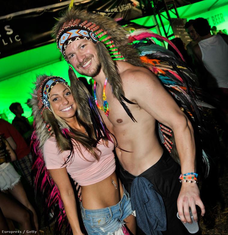 A fesztiválozók kevés ruhával és sok kiegészítővel teszik emlékezetessé ezeket a boldog napokat