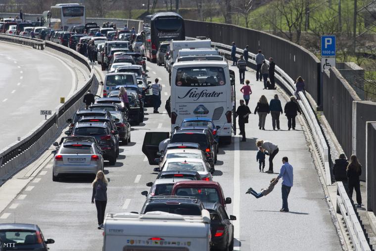 Járművek az A2-es autópályán a Gotthard alagút előtt a svájci Sileneben 2015. április 3-án.