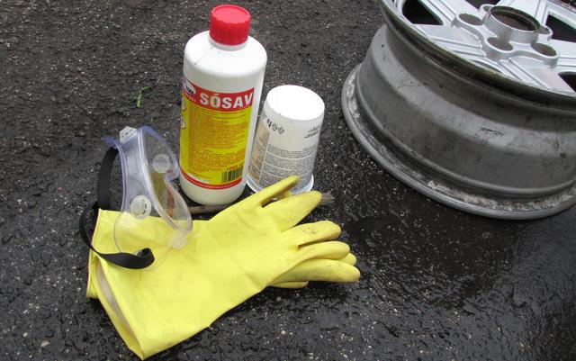 Felni savazáshoz felkészülve: a maró anyagot csak védőfelszerelésben szabad piszkálni, gumikesztyű nélkül égési sérüléseket szerezhetük, védőszemüveg nélkül akár meg is lehet vakulni
