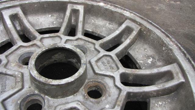 Ez a nagyjából 35 éves Ford Capri felni volt a legrosszabb állapotban, utoljára tizenöt éve láthatott mosószert, a fékportól teljesen elszíneződött