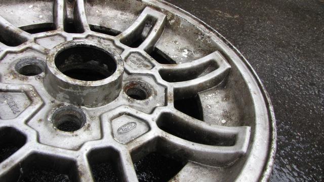 A rondábbik RS minden szegletében tiszta mocsok, jól rásült a fékpor, a mosószer és a dörzsölés sem segített